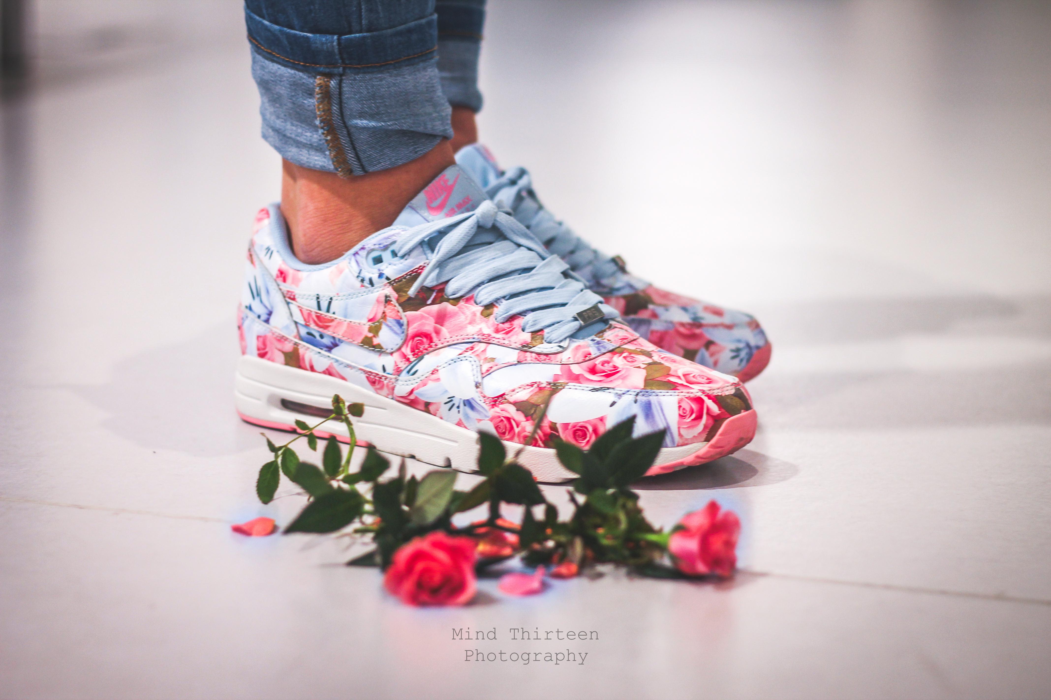 Девушки с кроссовками nike air max фото